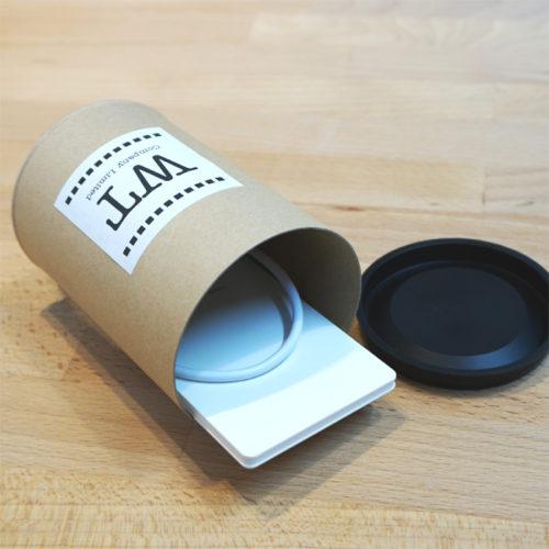 モバイルバッテリー用クラフト紙管 + オリジナルラベル|女性向けノベルティならC2Labにおまかせ|オリジナル印刷・名入れ|おしゃれノベルティ